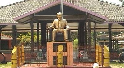 Dunia Wisata 8 Tempat Nganjuk Patung Dr Soetomo Monumen Geriliya
