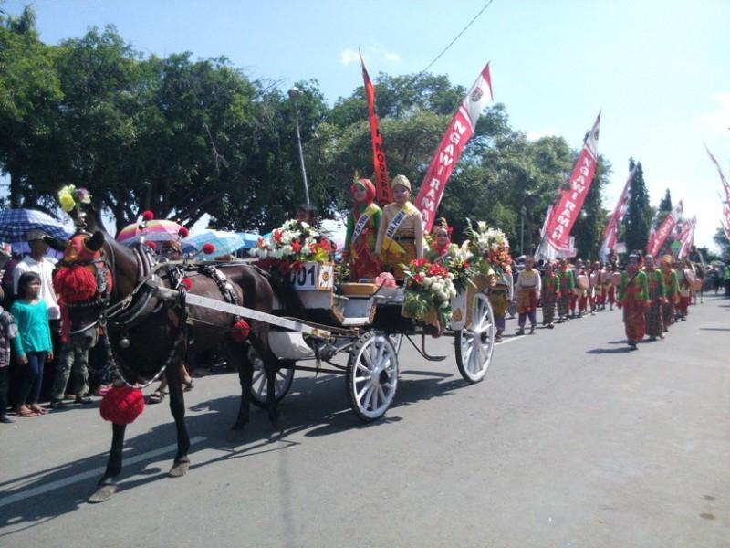 Daerah Ribuan Warga Ngawi Padati Alun Saksikan Karnaval 2016 Kab