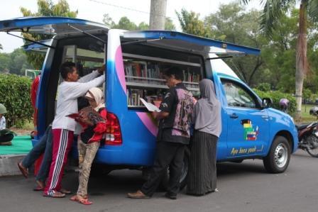 Perpustakaan Keliling Alun Ngawi Masyarakat Wamai Membaca Buku Kab
