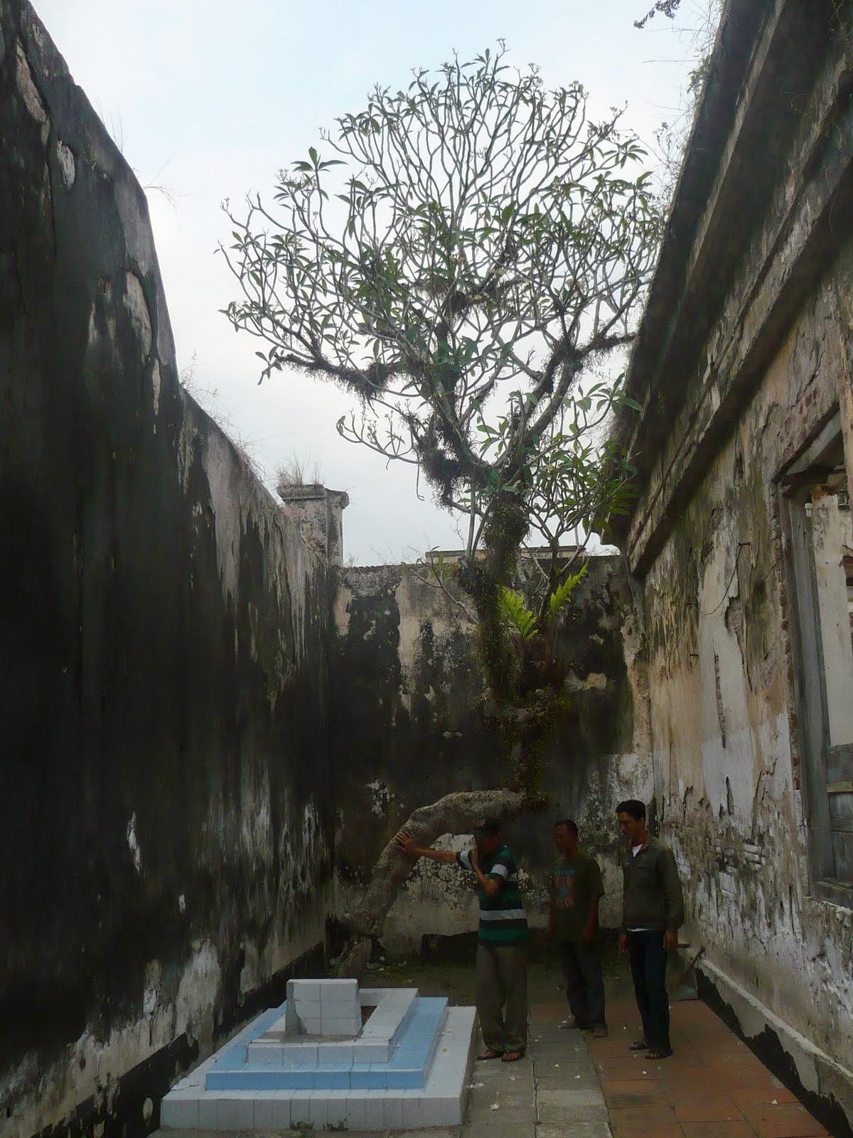 Ips 4 Didalam Benteng Sendiri Terdapat Makam Muhammad Nursalim Salah