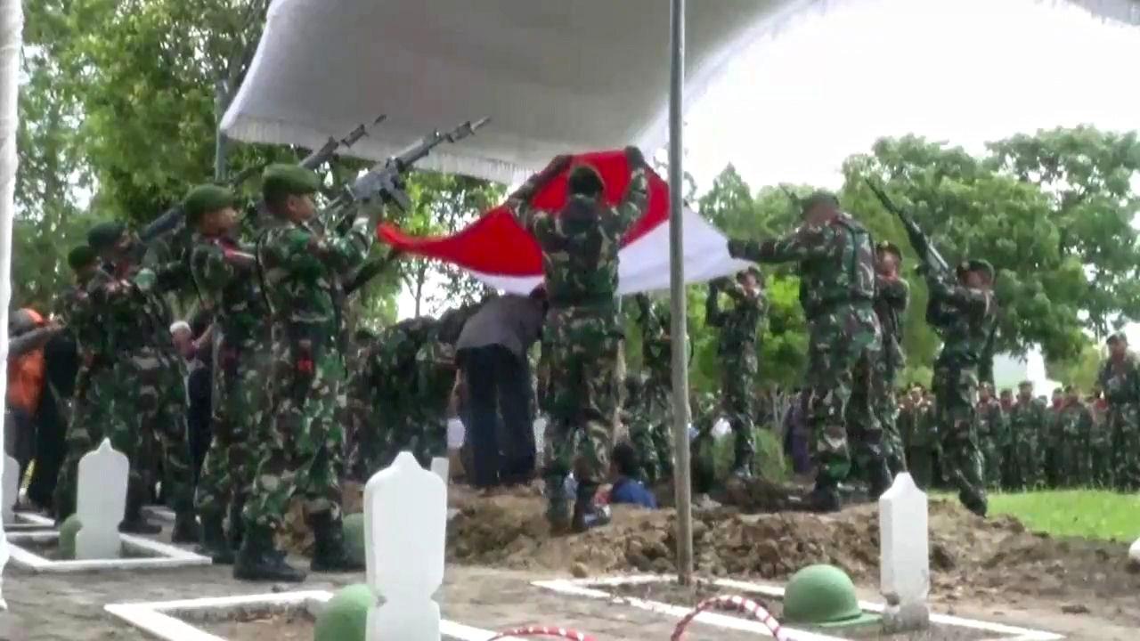 Isak Tangis Keluarga Iringi Pemakaman Jenderal Jenazah Mayor Djundan Eko
