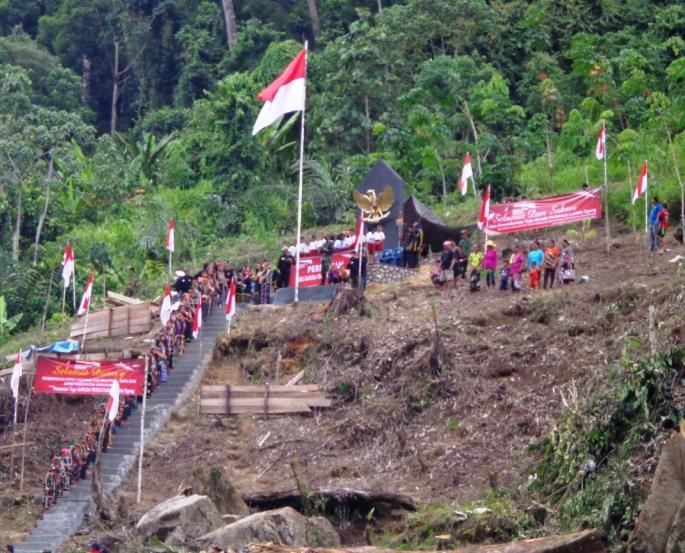 Tugu Garuda Pancasila Ratusan Warga Desa Labang Mengenakan Pakaian Adat