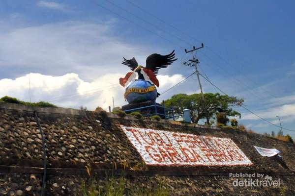 Traveling Perbatasan Memupuk Rasa Nasionalisme Batas Negeri Tugu Garuda Perkasa