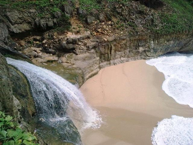 5 Pantai Berpotensi Menjadi Primadona Pacitan Salah Satu Banyu Tibo