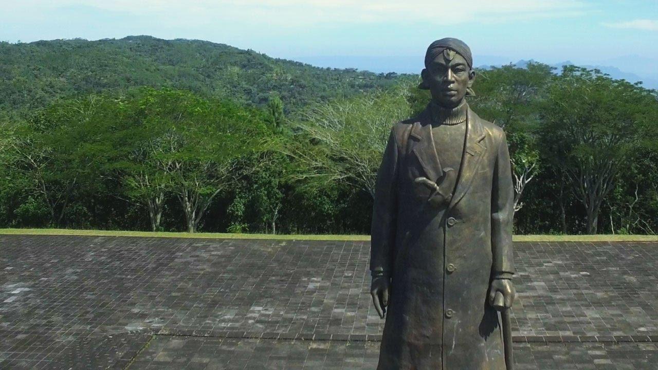 Patung Monumen Jendral Sudirman Pacitan Aerial 4k Youtube Jenderal Soedirman