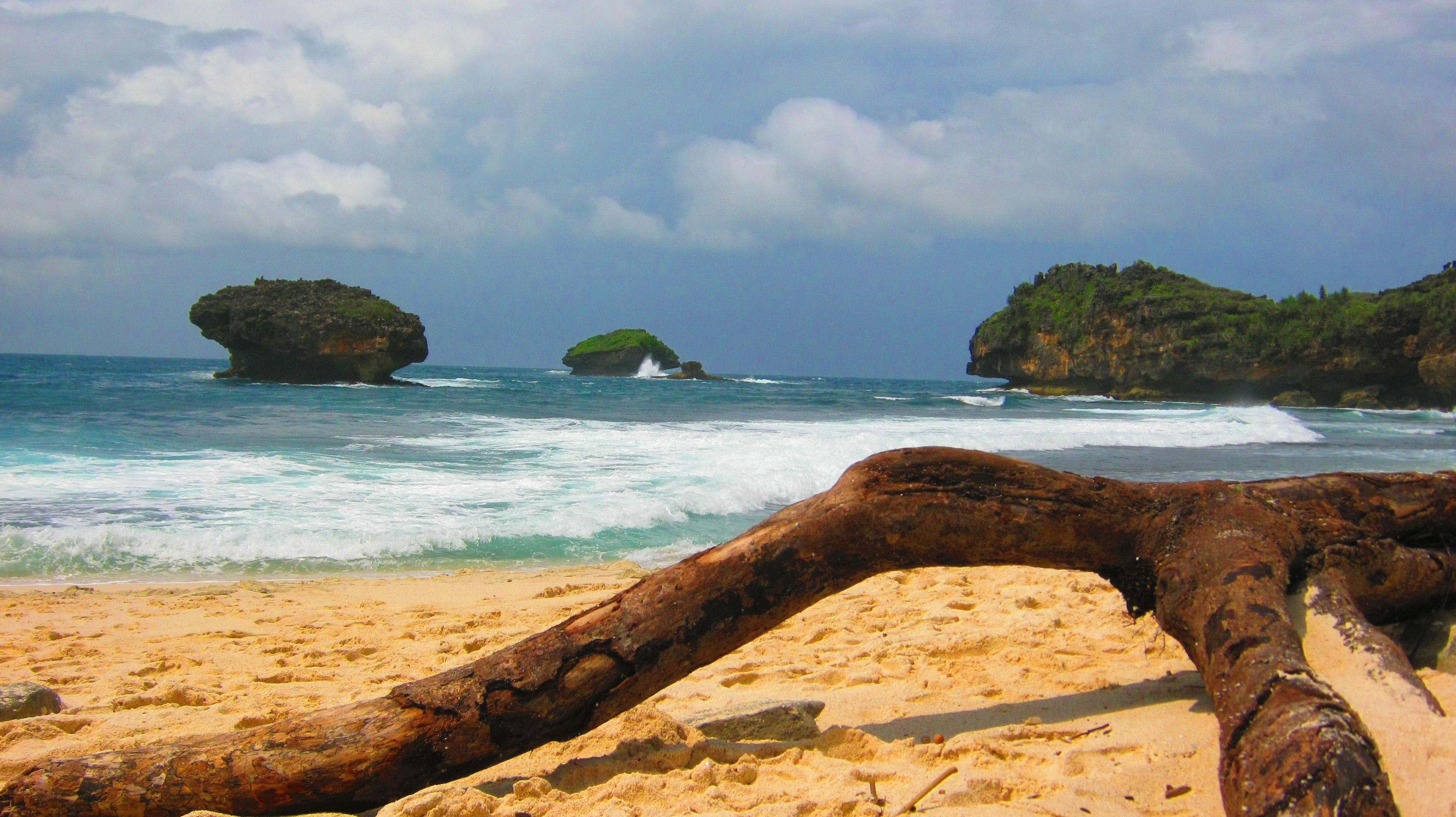 Melihat Bentang Alam Pacitan Pantai Srau Panduan Wisata Kab
