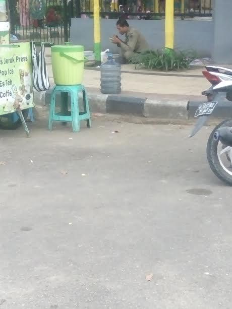 Anggota Sapol Pp Nikmati Makan Siang Arek Lancor Mata Madura