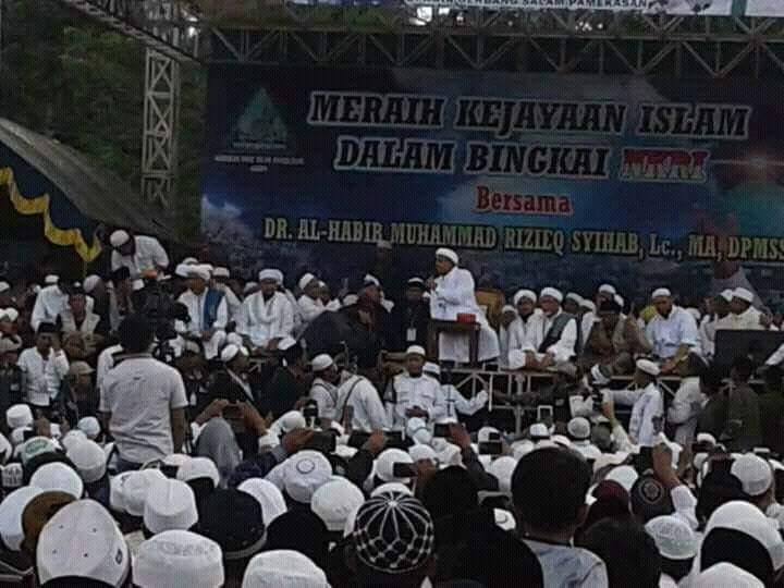 Dengarkan Tausiyah Habib Rizieq Ribuan Warga Banjiri Monumen Arek Lancor