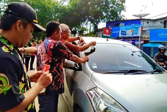 Kajari Pamekasan Tempel Stiker Antikorupsi Mobil Pengendara Siap Berantas Korupsi