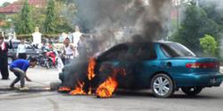 Mahasiswa Pamekasan Demo Bakar Mobil Sendiri Kompas Pendemo Membakar Sedan