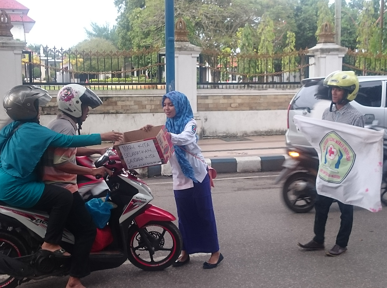 Pmi Kabupaten Pamekasan Universitas Madura Turun Jalan Menggelar Penggalangan Dana