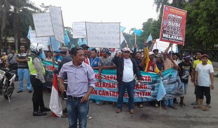 Ratusan Nelayan Pamekasan Menolak Pelarangan Alat Tangkap Cantrang Pendemo Berkumpul