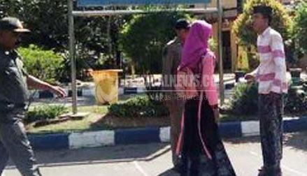 Siang Bolong Sepasang Remaja Asyik Berciuman Monumen Arek Lancor Pamekasan