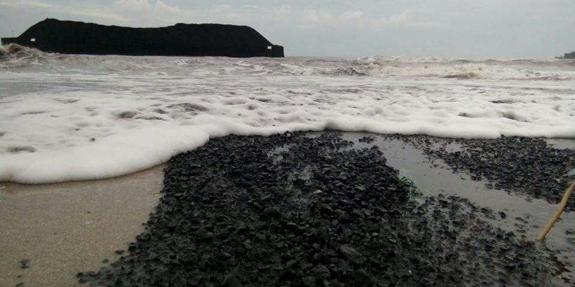 Tongkang Pengangkut Batubara Pltu Labuan Terdampar Mencemari Pantai Carita Pandeglang