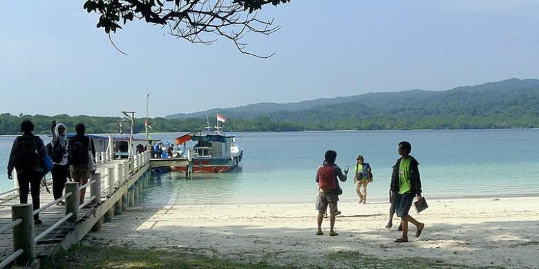 Lokasi Wisata Menarik Pandeglang Kompas Sejumlah Wisatawan Menikmati Keindahan Pemandangan