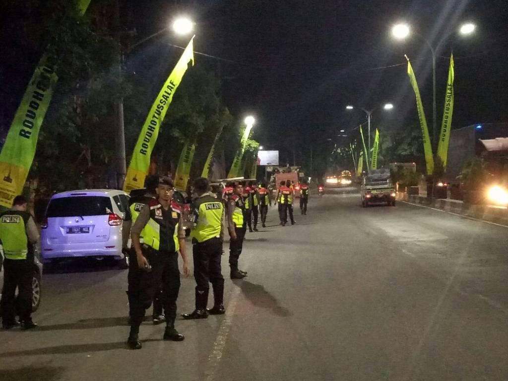 Dilewati Bonek Anggota Polsek Bangil Laksanakan Pengamanan Jalur Alun Whatsapp