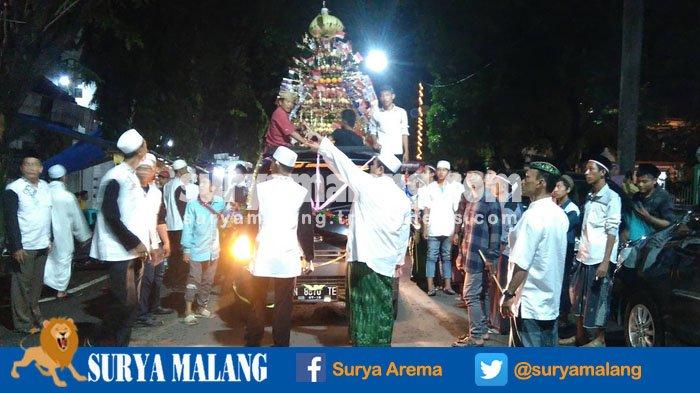 Serunya Festival Tumpeng Ancak Buah Pasuruan Warga Bisa Berebut Uang