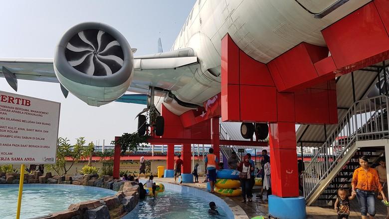 Keren Waterpark Pasuruan Punya Wahana Pesawat Boeing 737 400 Saygon