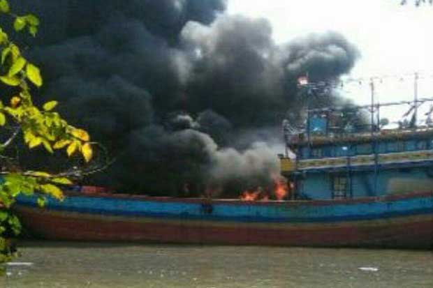 14 Kapal Nelayan Pati Terbakar Sumber Api Aktivitas Pengelasan Pulau