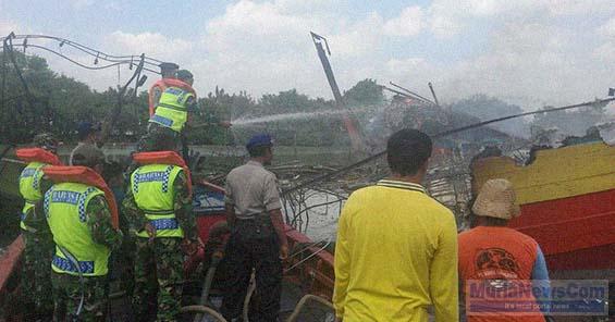 Lismanto Murianewscom Laman 2 Petugas Menyemprotkan Air Memadamkan Bara Api