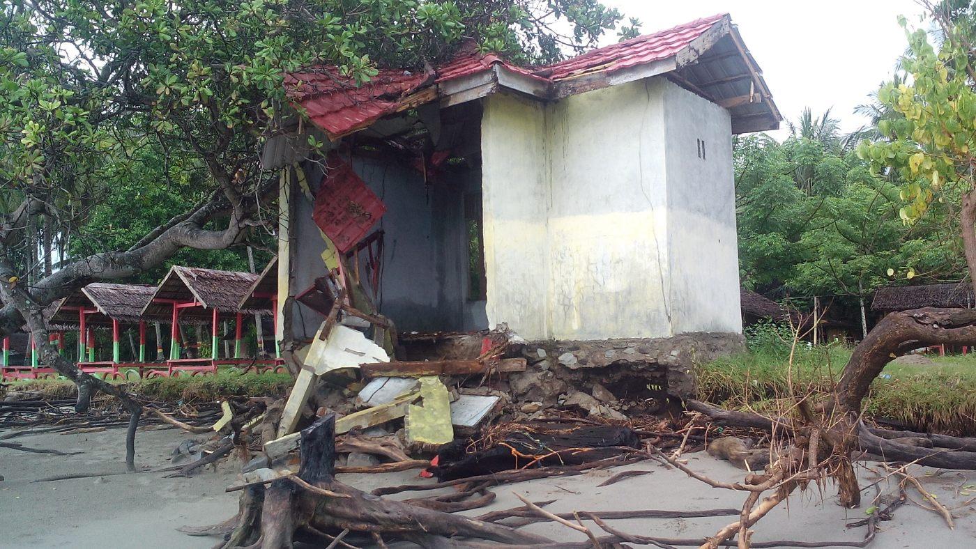 Bangunan Pantai Mampie Porak Poranda Akibat Abrasi News Kembali Memporak