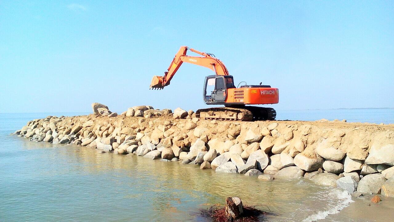 Pembangunan Tanggul Pantai Mampie Diprotes Kepala Desa Fokus Metro Kab
