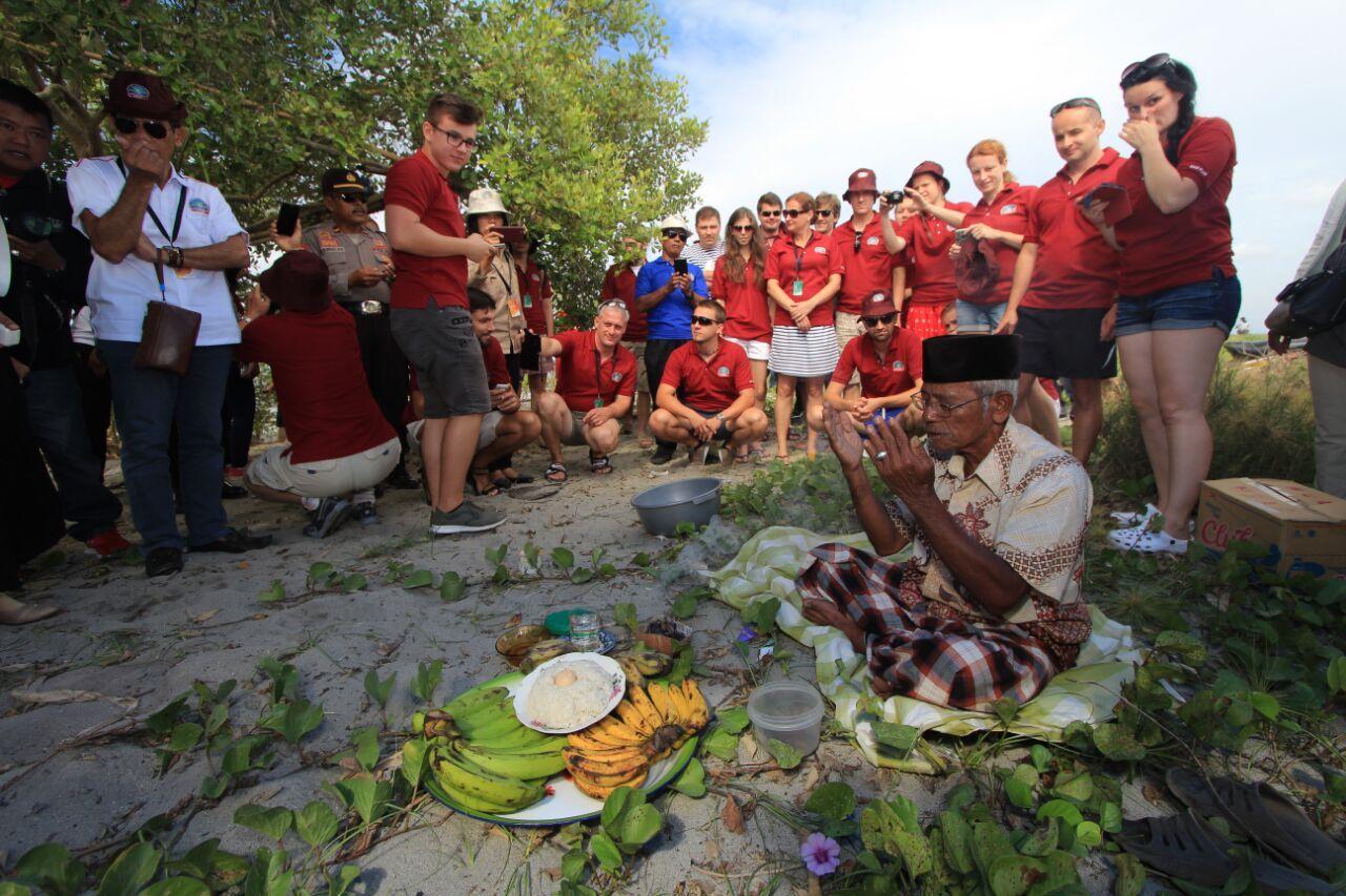 Ritual Mappasaqbi Pantai Mampie Disukai Wisatawan Mancanegara News Sejumlah Peserta