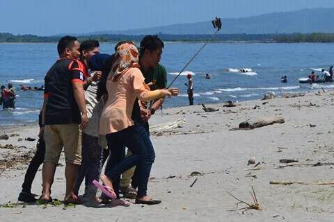 Sambut Ramadhan Pantai Mampie Ramai Dikunjungi Warga News Minggu Terakhir