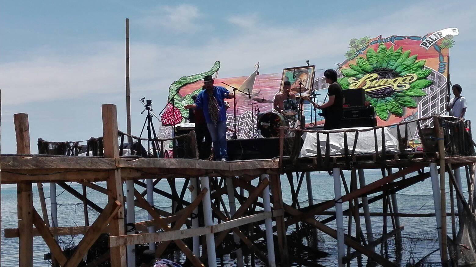 Bunga Band Hibur Pengunjung Pantai Palippis Fokus Metro Sulbar Polman