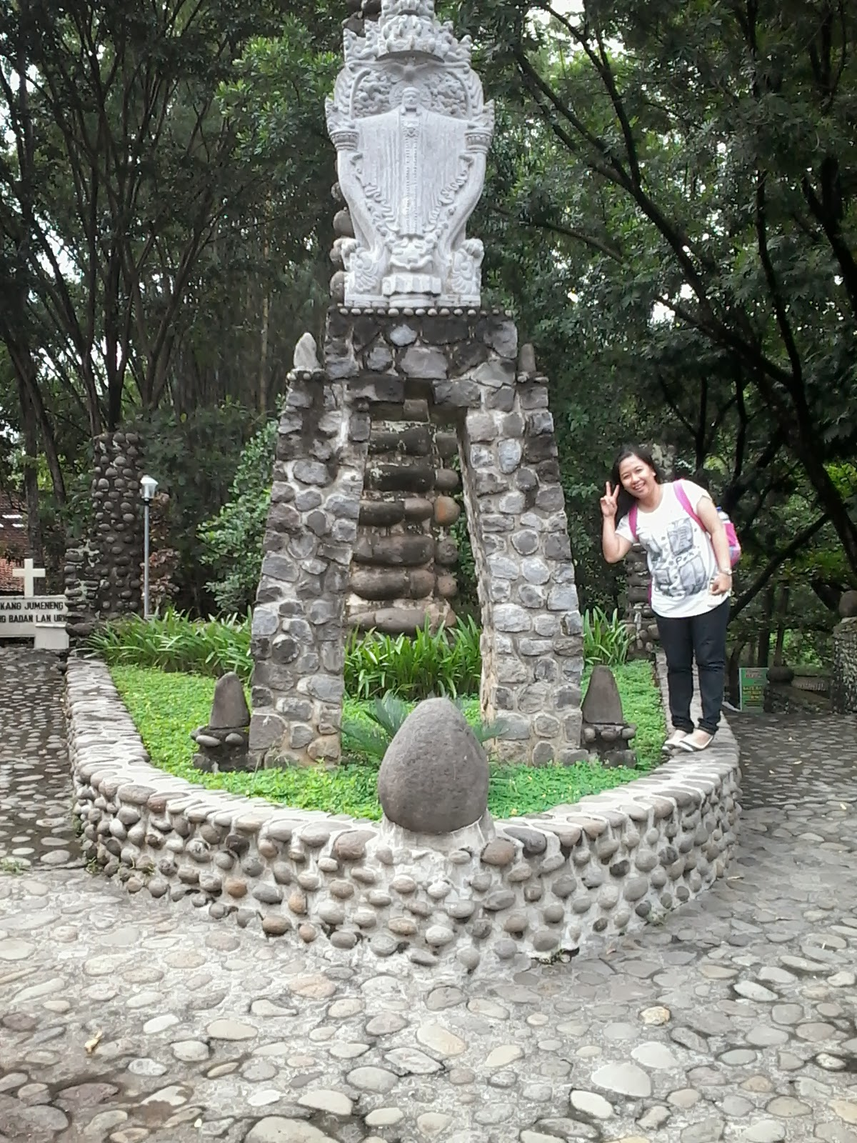 Travelling Sebuah Patung Yesus Terletak Area Depan Gereja Puhsarang Disebelah