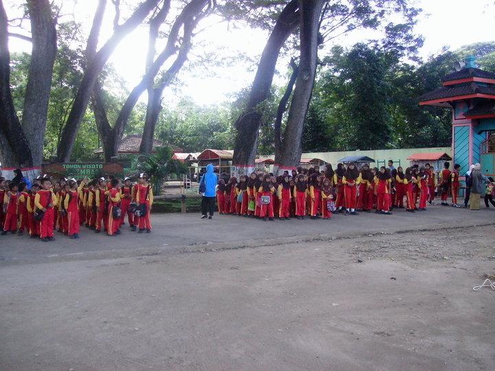 Tamanwisatangembag 2010 Kemarin Anak2 Madrasah Ibtidaiyah Slahung Beserta Guru Kepala