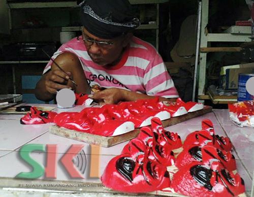 Mubeng Ponorogo Pengrajin Reog Pak Sarju Duduk Menghadap Pekerjanya Tengah