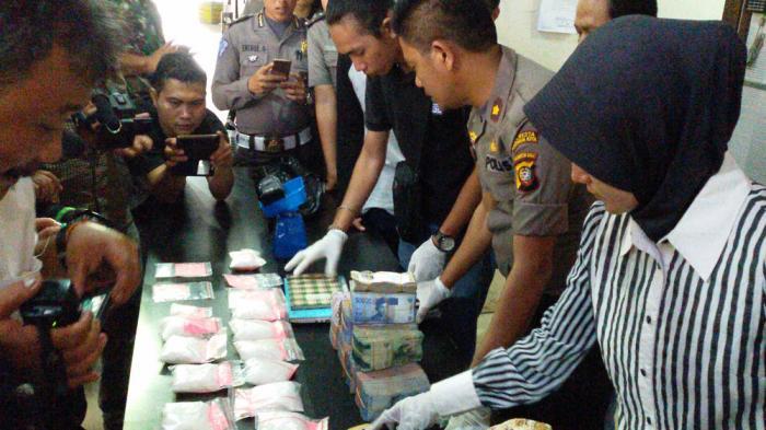 Gerebek Rumah Bandar Narkoba Beting Polisi Temukan 1 7 Kg