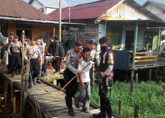 Polisi Gerebek Kampung Beting Pontianak Post Puluhan Personel Kepolisian Melakukan