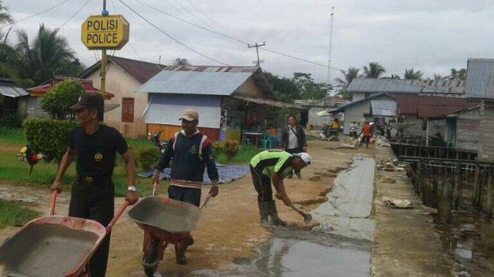 Tag Libur Manfaatkan Hari Polsek Kubu Bersama Warga Perbaiki Jalan