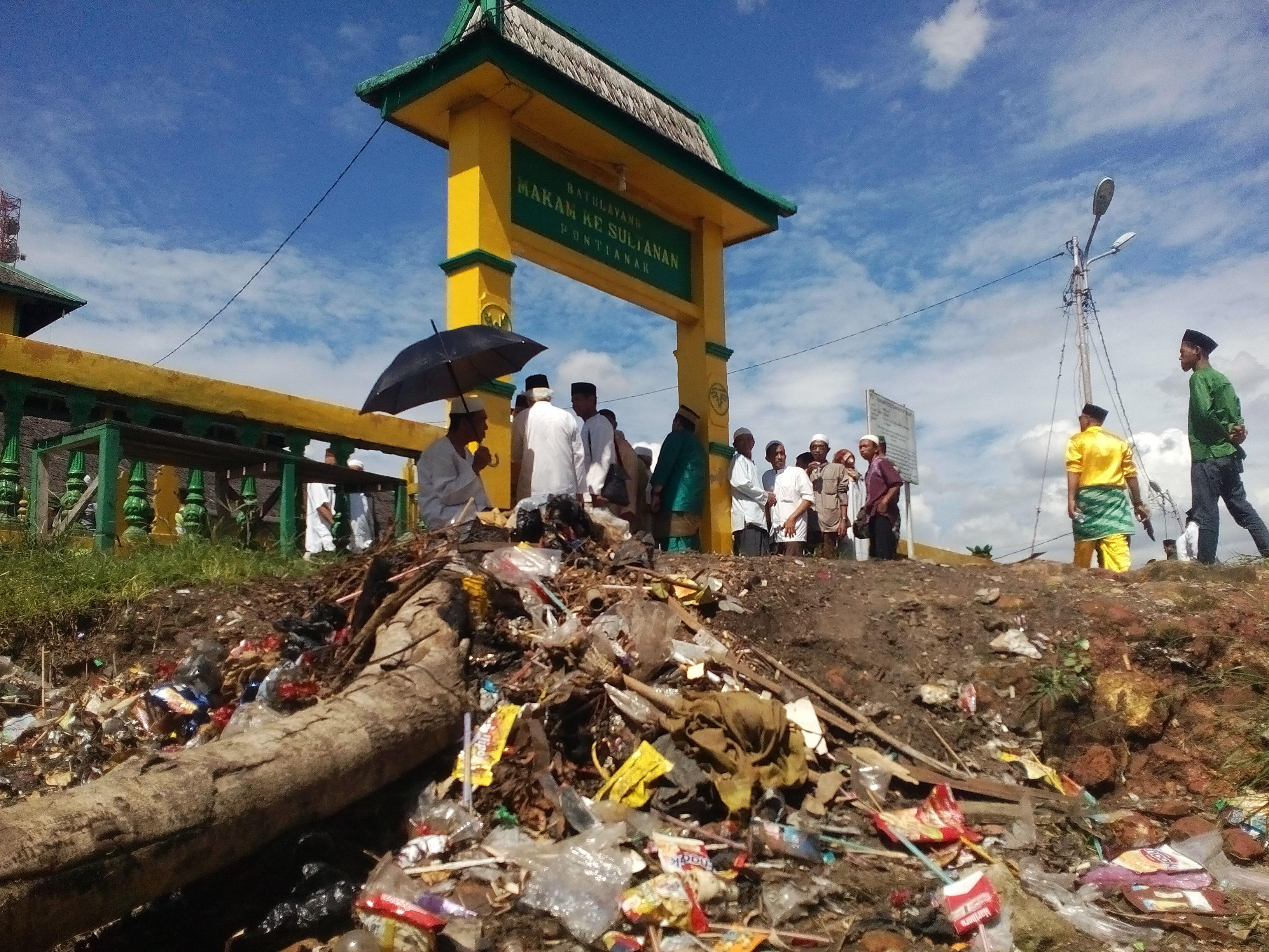 Sampah Berserakan Komplek Makam Kesultanan Pontianak Foto Agustiandi Kab