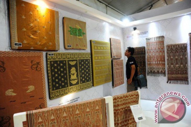 Bupati Sintang Kearifan Lokal Selaras Pembangunan Berkelanjutan Eksibisi Desain Tenun