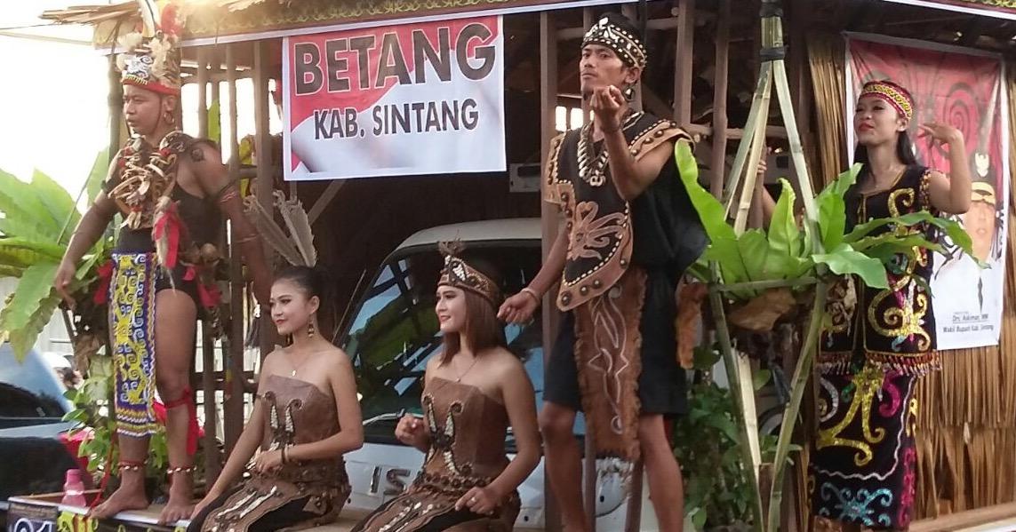 Dayak Punya Gawe Namanya Gawai Reviensmedia Kalimantan Barat Rumah Radakng