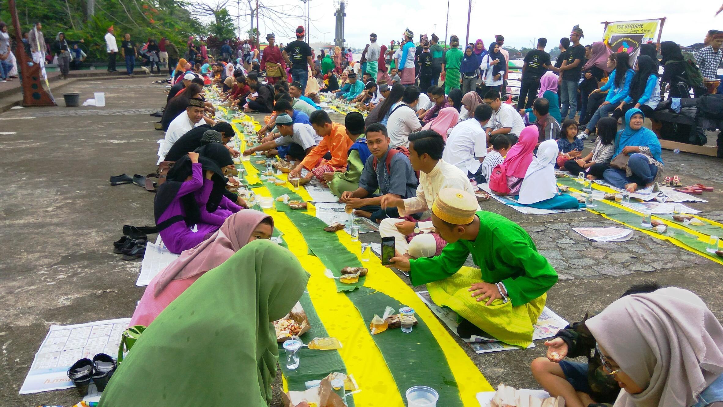 Pom Kalbar Gelar Makan Saprahan Alun Kapuas Foto Masyarakat Mengikuti