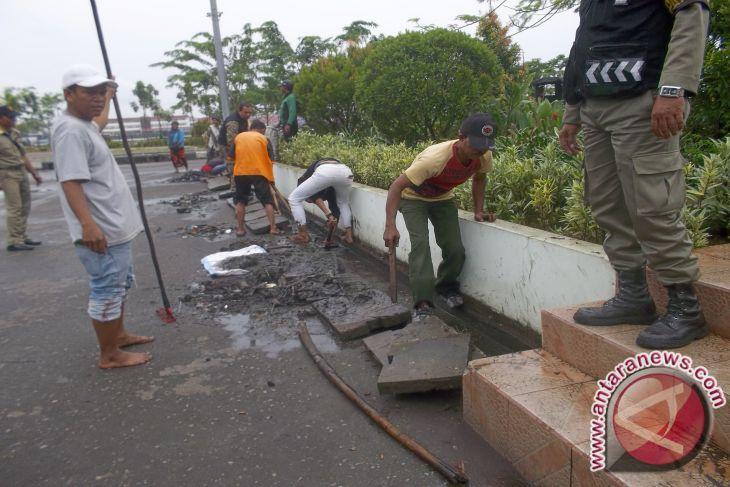 Puluhan Pkl Gotong Royong Bersihkan Taman Alun Kapuas Pontianak Kab