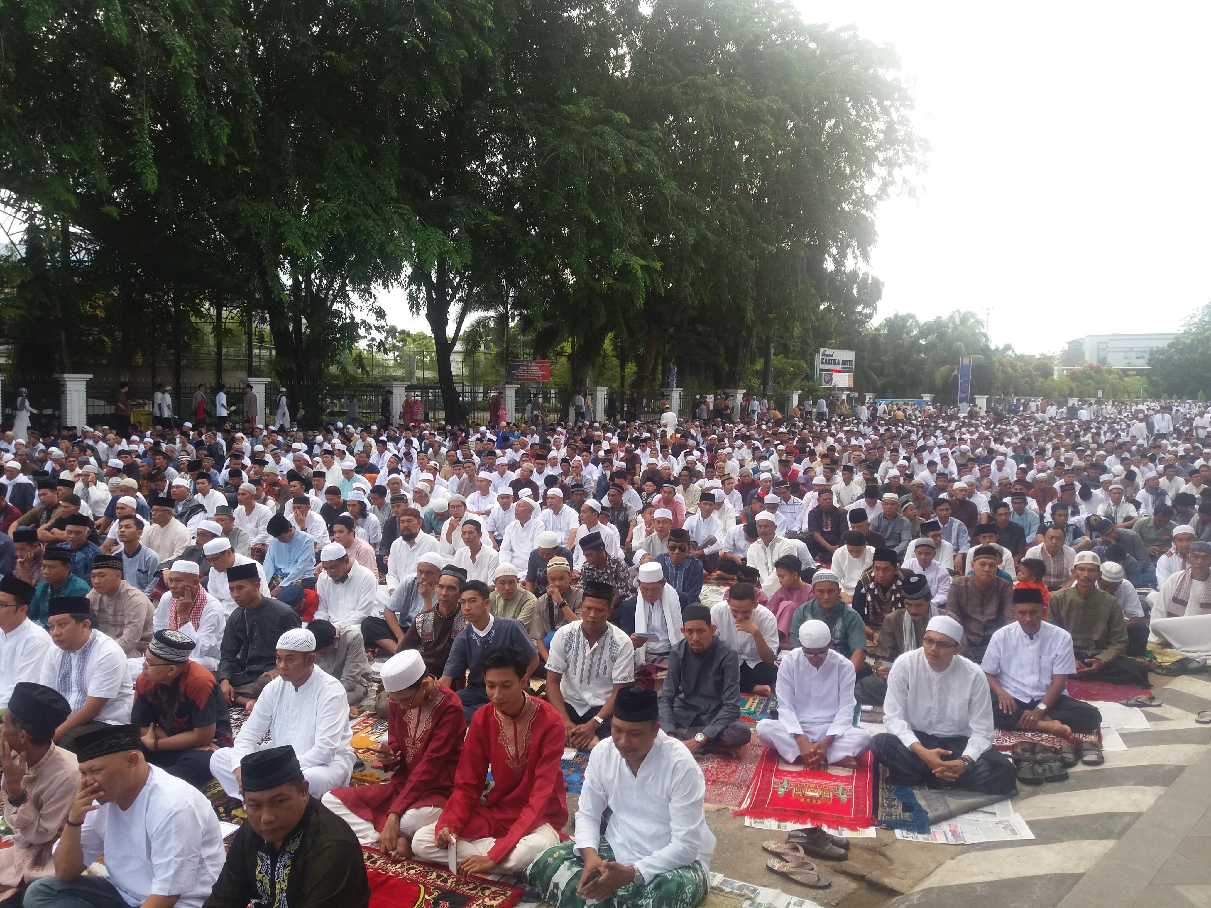 Puluhan Ribu Umat Muslim Salat Id Alun Kapuas Foto Suasana