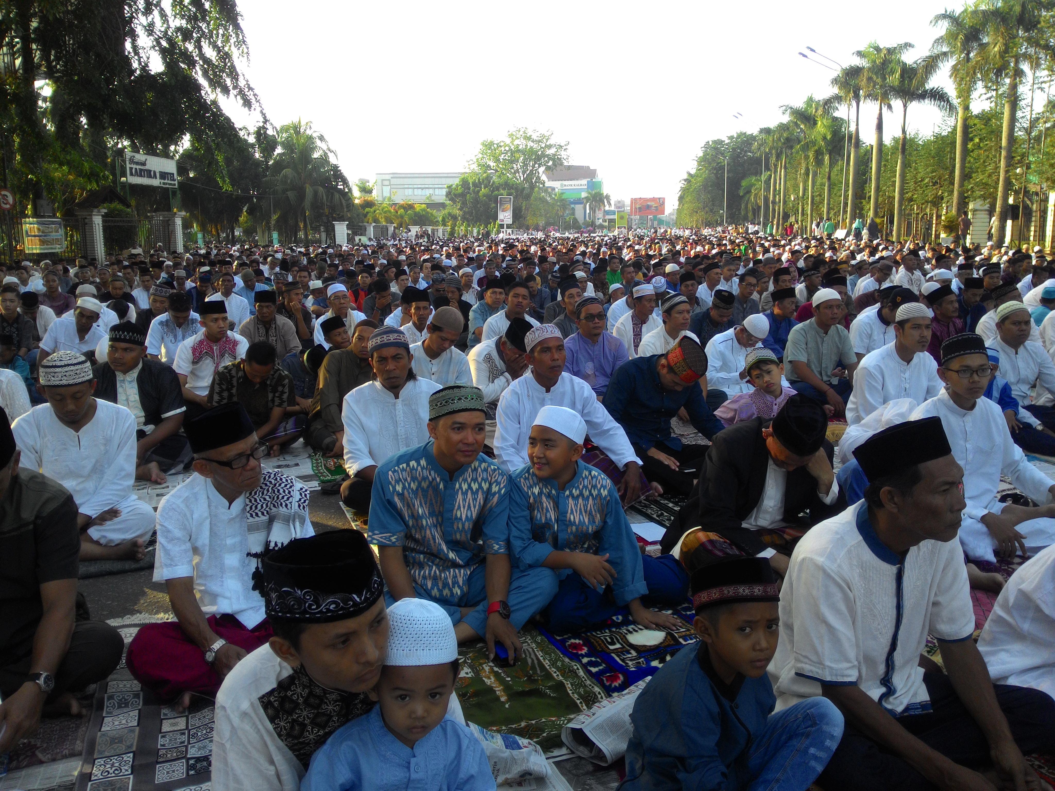 Suasana Sholat Idul Fitri Taman Alun Kapuas Foto 1 Syawal