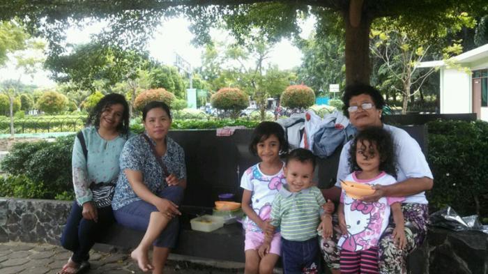 Tag Liburan Asyiknya Keluarga Piknik Makan Bersama Taman Alun Kapuas