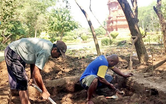 Datangi Candi Jabung Dilakukan Tim Arkeolog Digali Pekerja Menggali Tanah