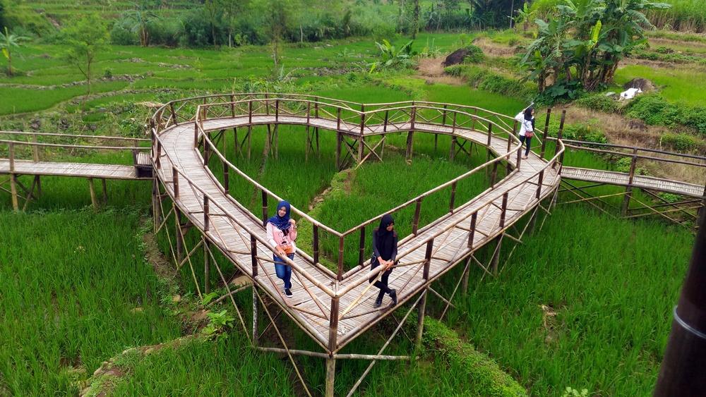 Menikmati Sensasi Keindahan Alam Jembatan Cinta Food Pengunjung Bergaya Atas