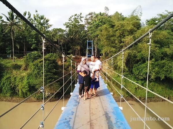 Jembatan Gantung Desa Pelumutan Selfie Silakan Coba Foto Pelangi Kab