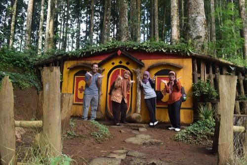 Menikmati Wisata Ala Hobbit Kampung Kurcaci Purbalingga Wisatawan Depan Rumah