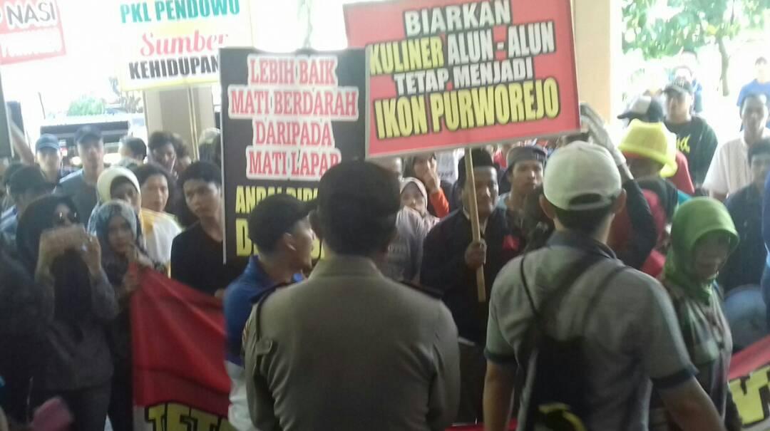 Puluhan Pkl Alun Purworejo Demo Berjalan Mundur Metro Times Sekitar