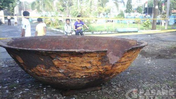 Dibawa Museum Tosan Aji Wajan Raksasa Dikelilingi Garis Polisi Foto