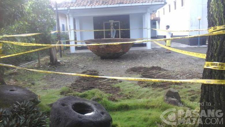 Dibawa Museum Tosan Aji Wajan Raksasa Dikelilingi Garis Polisi Kab